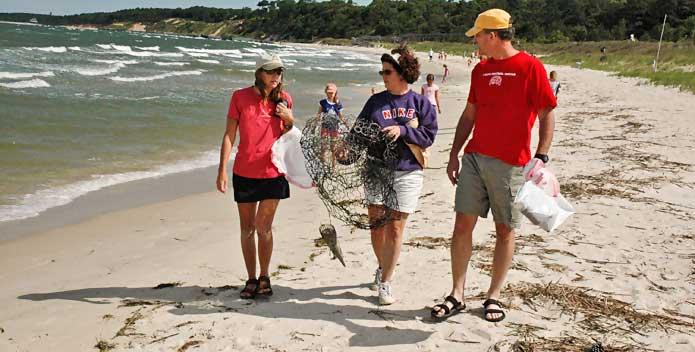 DSC_0063_clean-the-bay-day-beach-family_KevinDuBois_695x352